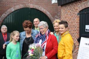 Marleen Pierik met haar familie, voorzitter Chrysto Wormskamp en wethouder van Balveren.