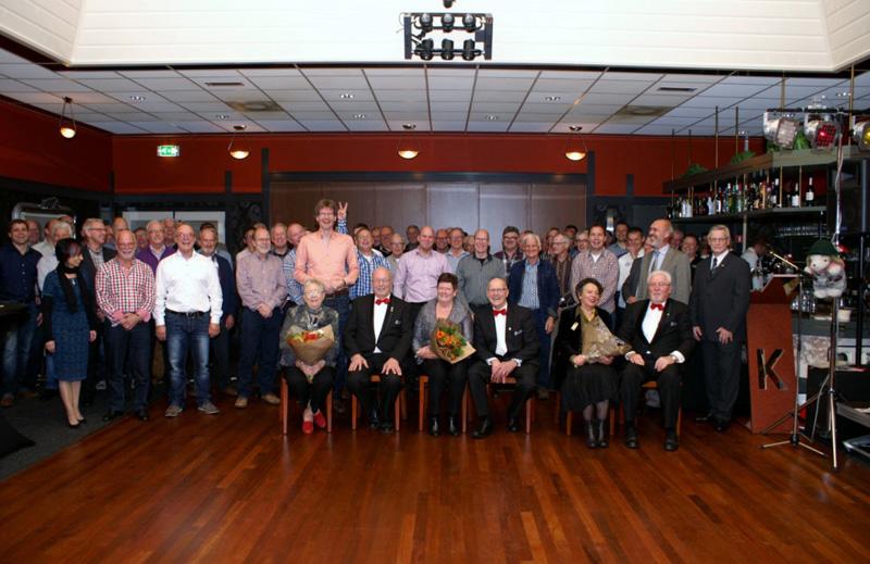 Een vrolijk moment tijdens de jaarlijkse contactmiddag op 23 november 2014 van de leden en partners van het Ettens Mannenkoor na de huldiging van de jubilarissen: ze zijn net toegezongen onder leiding van dirigent Nick Moritz, de langste man van het mannenkoor!