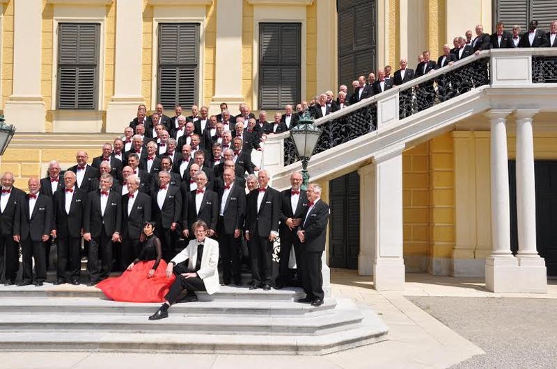 Het Ettens Mannenkoor op de trappen voor Slot Schönbrunn in Wenen