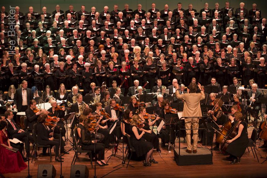 Het podium van Amphion staat vol met muzikanten, zangers en solisten.